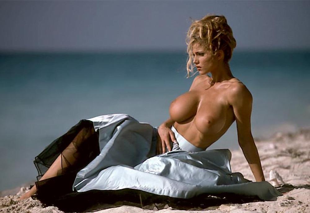 Belle femme se met nue sur le 09