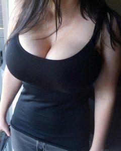 Une femme cadre décide d'essayer un bar recommandé par son sex-secrétaire